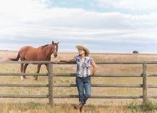 Cowgirl που υπερασπίζεται έναν φράκτη Στοκ Φωτογραφίες