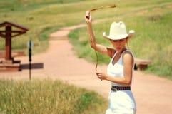 Cowgirl auf der Straße Stockbild
