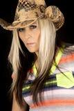 Cowgirl auf einem bunten Hemd des schwarzen Hintergrundes, das nah schaut Lizenzfreie Stockfotos