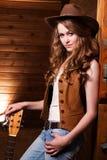 Cowgirl caucásico hermoso con la guitarra Fotos de archivo libres de regalías