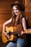 Cowgirl caucásico hermoso con la guitarra Fotos de archivo