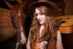 Cowgirl caucásico hermoso con un caballo Imágenes de archivo libres de regalías