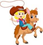 Cowgirl che monta un cavallo con il lazo royalty illustrazione gratis