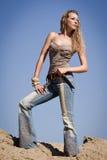 Cowgirl com faca em um fundo do céu azul Imagens de Stock