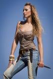 Cowgirl com faca em um fundo do céu azul Fotografia de Stock Royalty Free