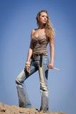 Cowgirl com faca em um fundo do céu azul Imagem de Stock Royalty Free