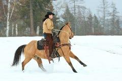 Cowgirl, das auf den Zügeln zurückzieht Lizenzfreies Stockbild