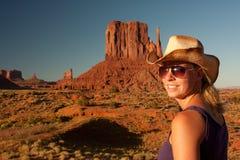 Cowgirl, das im Denkmaltal aufwirft lizenzfreies stockbild