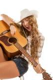 Cowgirl di Sesy in cappello di cowboy con la chitarra acustica Fotografia Stock