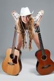 Cowgirl di Sesy in cappello di cowboy con la chitarra acustica Fotografia Stock Libera da Diritti