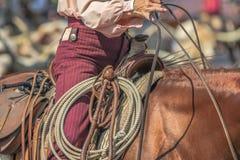 Cowgirl in einem Sattel Lizenzfreie Stockfotos