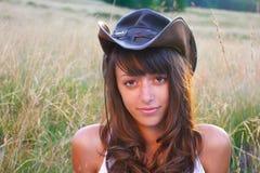 Cowgirl en el campo de trigo Fotos de archivo libres de regalías