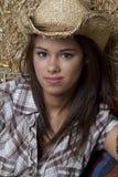 Cowgirl en granero Foto de archivo