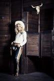 Cowgirl en los establos Imagenes de archivo