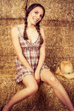 Cowgirl in fieno Fotografia Stock