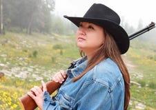 Cowgirl grazioso con il fucile Fotografia Stock Libera da Diritti