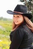 Cowgirl grazioso nel nero Immagini Stock Libere da Diritti