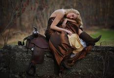 Cowgirl hermoso con el pelo rubio Fotos de archivo libres de regalías