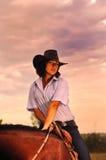 Cowgirl hermoso con su caballo Fotos de archivo libres de regalías