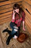 Cowgirl hermoso en heno Fotografía de archivo
