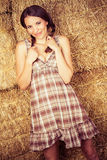 Cowgirl hermoso en heno fotos de archivo libres de regalías