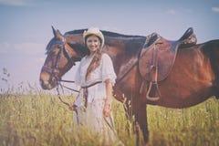 Cowgirl i den vita klänningen Royaltyfri Bild