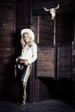 Cowgirl i stallen arkivbilder