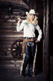 Cowgirl i stallen royaltyfri fotografi