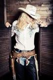 Cowgirl i stallen royaltyfria bilder