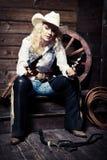 Cowgirl i stallen Arkivfoton