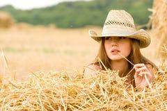 Cowgirl im Stroh stockfotografie