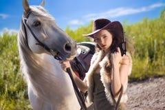 Cowgirl joven con el arma al aire libre Foto de archivo