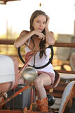 Cowgirl joven en el alimentador Imagen de archivo libre de regalías