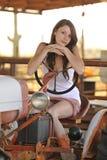 Cowgirl joven en el alimentador Foto de archivo