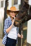 Cowgirl med hästen Arkivbild