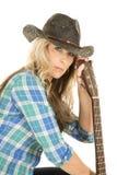 Cowgirl mit Gitarre im blauen Hemdgriffhals Lizenzfreies Stockbild