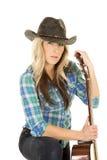 Cowgirl mit Gitarre im blauen Schauen des schwarzen Hutes Lizenzfreie Stockbilder