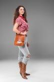 Cowgirl mody kobieta nad szarym tłem zdjęcia royalty free