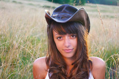 Cowgirl no campo de trigo Fotos de Stock Royalty Free