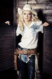Cowgirl nos estábulos imagens de stock