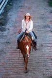 Cowgirl på dagslutet royaltyfri foto
