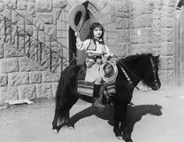 Cowgirl på ponny (alla visade personer inte är längre uppehälle, och inget gods finns Leverantörgarantier att det inte ska finnas Fotografering för Bildbyråer