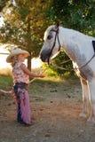 Cowgirl pequeno com pônei. Fotos de Stock