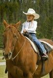 Cowgirl pequeno em seu cavalo Foto de Stock