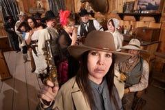 Cowgirl pericoloso in vecchio salone Fotografie Stock Libere da Diritti