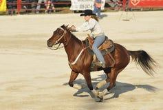 Cowgirl pieno di galoppo Fotografia Stock