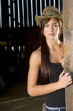 Cowgirl in porta del granaio Fotografia Stock Libera da Diritti
