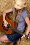 Cowgirl que joga a guitarra fotos de stock