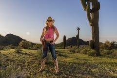 Cowgirl rubio atractivo imagen de archivo