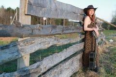 Cowgirl un kapelusz z gitarą obraz stock